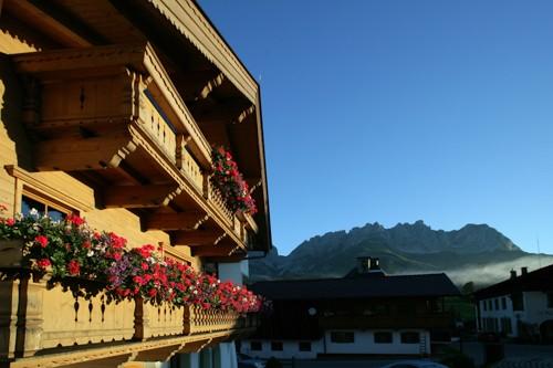 Brantlhof Going Frontansicht Balkon mit Blumen und Wilder Kaiser