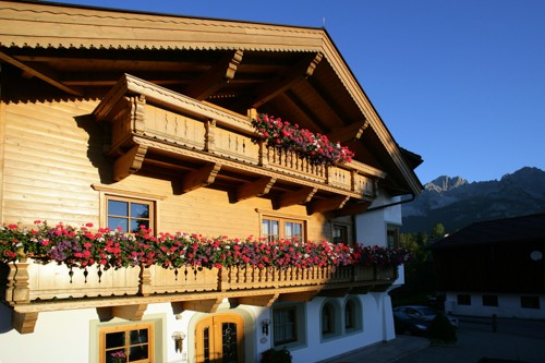 Brantlhof Going Frontansicht Balkon mit Blumen