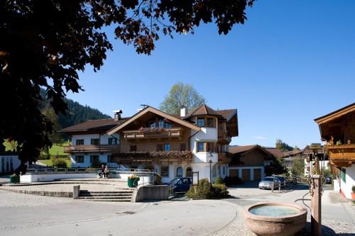 Brantlhof im Sommer Dorfplatz Going Ferienwohnungen