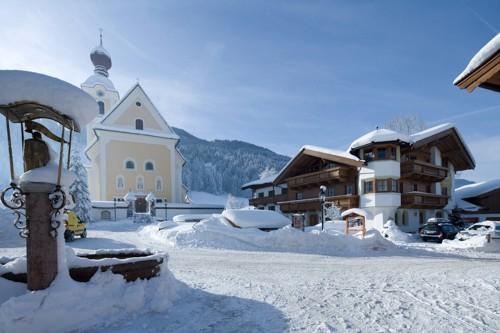 Brantlhof im Winter Dorfplatz Going Ferienwohnungen