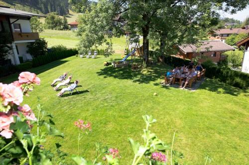 Tischtennis und Liegeflächen im Garten Brantlhof